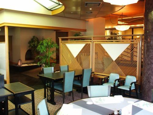 海幸の店内(写真)は非常に広い。テーブル席、生け簀カウンター、天ぷらカウンター、寿司カウンター、個室、等を備え全エクシブ中で一番規模の大きい日本料理レストランという。
