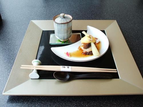 前菜:紀州うすい豆のフラン(茶碗蒸し)と蛸油霜、黄身酢掛け(海老、麩、島ラッキョ、アスパラ、ラディッシュ等が入っている)<br />お腹が減っているせいか、どれもうまい。