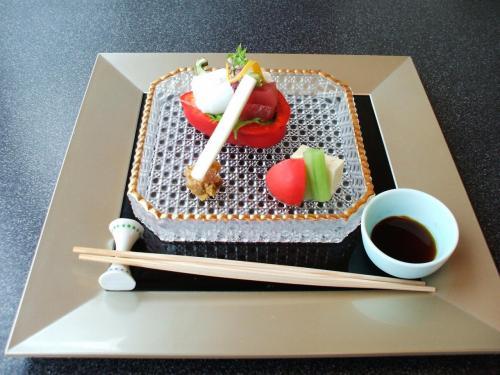 造り:「鯛、まぐろ、いか」の刺身が赤いパプリカの上にのっている。その他、フルーツトマト、湯葉豆腐、うど(白いスティック)、湯浅の金山時(みそ)等。フルーツトマトが甘くてうまい。