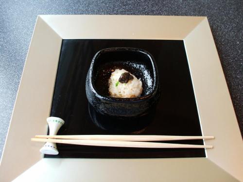 凌ぎ(しのぎ):時鮭の飯盛り<br />ふり柚子、めふん<br />とりあえず「ご飯」という設定なのだろうか?1口サイズですぐ食べてしまう。