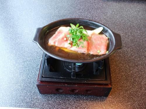 焜炉(こんろ):和牛アスパラ鍋<br />木の芽、実山椒<br />和牛はとろけるような味で実にうまい。シンプルだが軽く煮込んだアスパラもgood。