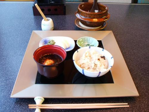 食事:鯛飯、赤出汁、香の物<br />ご飯の中に鯛の身が沢山入っていてうまい。赤出汁との相性もいい。