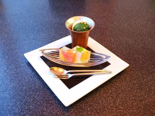 デザート:冷製抹茶クリームぜんざい、ぶぶあられ<br />フルーツゼリー寄せ、サバイヨンソース