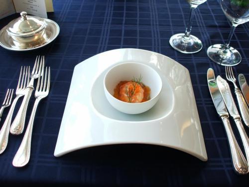 オードブル1:サーモンのオモニエール仕立て、じゅんさいのコンソメジュレを添えて<br />まずは大胆な曲線の料理の大皿に驚く。味はもちろんgood