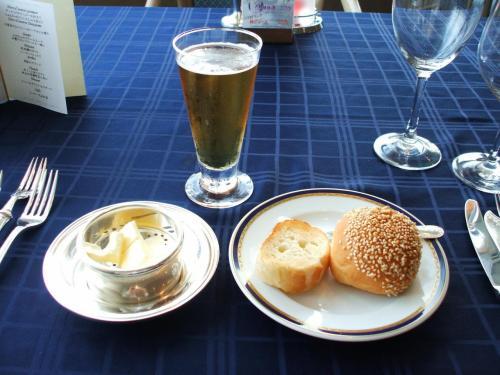 私は焼きたてのフランスパンが大好きなので、バターをつけたり、料理のソースをつけたりして何度もお代わりをもらう。