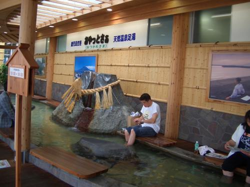 鹿児島空港をすぐ出ると足湯がある。<br />さすが温泉がたくさんある地域ならでは。