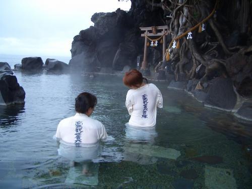 龍神温泉にて。白装束を着て入る混浴。<br />背中には南無阿弥陀仏と書いてあって、温泉には鳥居もある。<br />少し神々しい雰囲気がある。