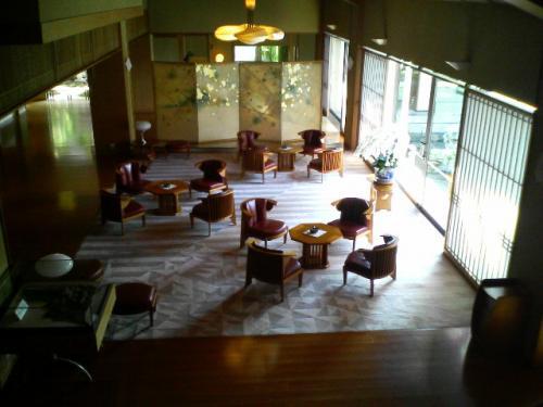 ロビー周りの様子です。<br />宴会場のある2階へと続く階段から見下ろして撮りました。