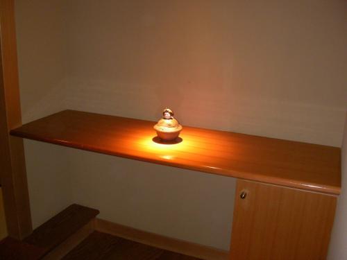 部屋に入ったところには小さな置物が柔らかな灯に照らされ、落ち着いた雰囲気を醸し出していました。