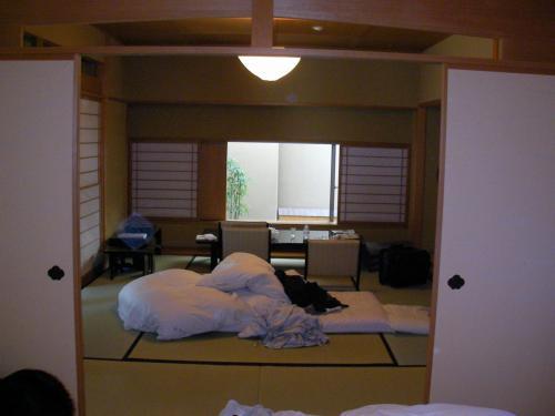 部屋の様子。。。2日目の朝に撮ったのでひどく散らかってますが、ありのままの姿、ということで。<br />10帖+8帖(他に部屋付き露天風呂、内風呂、洗面所等)の部屋です。