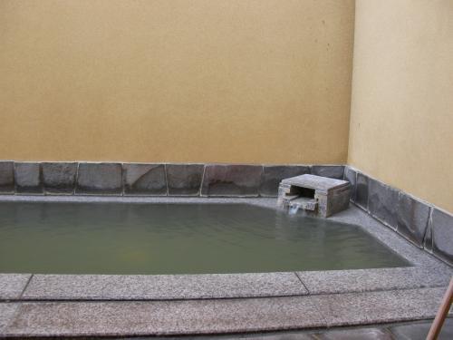 内風呂に続く部屋付きの露天風呂。源泉掛け流しです。とてもいいお湯でした。