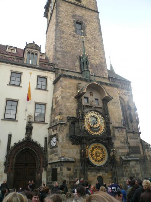 聖ビート教会<br /><br />聖ビート教会の入口には、旧市街中心部にあるこの天文時計はプラハを訪れた人なら必ず立ち寄るところだろう。当時の天文説に基づいた天文の動きと時間を示している。この時計を有名にしたものは毎時窓に現れる仕掛け人形たちだ。プラネタルームの死神が鐘を鳴らし、塔の上の窓からキリストの12使徒がゆっくりと現れて消えていく。最後は鶏が鳴いて終了する。この瞬間を見ようと毎時、多くの人が集まってくる。<br />