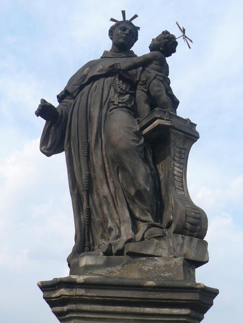 プラハのカレル橋<br /><br />カレル橋は1357年に時の神聖ローマ皇帝カール4世の命によって建設が始められました。全長520メートル、幅は約10メートルもある大きな橋です。橋の両側の欄干には15体ずつ、計30体の聖人像が並んでいます。聖書に登場する聖人や、チェコの英雄などの像です。旧市街から歩いていくと8番目の右側にある像はカトリックの聖人、ヤン・ネポムツキーの像で、30体の像の中で一番最初に建てられた彫像です。ヤン・ネポムツキーの台座のレリーフに触ると幸運が訪れるといわれています。たくさんの人に触られて、そこだけピカピカになっていることからもわかります。日本で馴染みのある人の像としてはフランシスコ・ザビエルの像でしょう。<br />