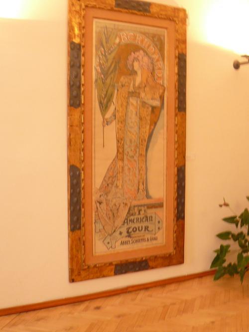 ミュシャの絵画 <br /><br />1998年2月、世界初のミュシャ美術館がプラハに誕生したのだ。美術館は7つのセクションから成っており、中に入るとすぐ、パリ時代に制作された装飾パネルが飾られている。第2のセクションにはミュシャを一躍有名にした舞台女優サラ・ベルナールのためのポスター『ジスモンダ』等のポスター類。第3セクションは装飾資料・人物資料に関するもの。第4セクションにはミュシャが国家のために手掛けたポスターや切手など、第5セクションには油絵やパリ時代のアトリエの雰囲気を再現したコーナーなどがある。そして第6セクションにはドローイング、パステル画が飾られ、第7セクションではビデオが上映されている<br />