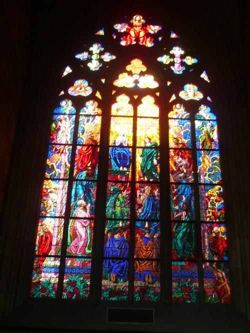 聖ヴィート教会のミュシャのステンドグラス <br /><br />聖ヴィート教会のミュシャがデザインしたステンドグラスで最も人気の高い。ミュシャは1939年まで生きていたから、このステンドグラスもこの教会の中では最も新しいものになります。ミュシャは夢のような女性を描いて日本でも人気のある画家です。<br /><br />