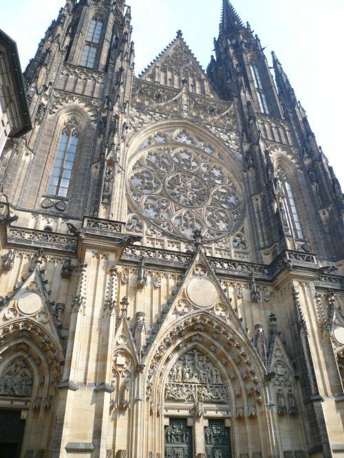 聖ヴィート教会<br /><br />聖ヴィート大聖堂は、チェコのプラハにある大聖堂でプラハ大司教の主座である。 大聖堂の正式名称は「聖ヴィート、聖ヴァーツラフ、聖ヴォイテフ大聖堂」である。プラハ城の内側に位置し、多くのボヘミア王の墓を有する。この大聖堂はゴシック建築の代表例であり、チェコで最も大きくて重要な教会である。教会内には、色鮮やかなミュシャのステンドグラスが沢山あります。チェコの有名画家アルフォンス・ミュシャが、身廊の北部の窓を新しく装飾した。バラ窓は1925年から1927年にかけて、フランティセク・キセラによってデザインされた。この入り口上部のバラ窓は、聖書の創世記のシーンを表している。聖ヴァーツラフの没後1000年に当たる1929年までに、聖ヴィート大聖堂はついに完成した。完成までには約600年が費やされたのであった。大聖堂の西半分全体がネオ・ゴシック時代に追加されたにもかかわらず、ほとんどの修復にはペトル・パルレーシュが開発したデザイン要素を踏襲したため、大聖堂によく調和した統一感がもたらされた。<br />
