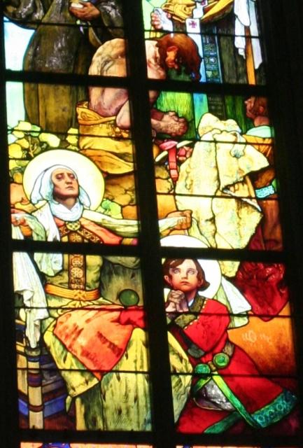 聖ヴィート教会のミュシャのステンドグラス <br /><br />このステンドグラスは、プラハ城内にある聖ヴィート大聖堂の中にあります。アールヌーボーを代表する画家ミュシャの彼が作成したステンドグラスです。他のステンドグラスももちろん素晴らしかったのですが、このミュシャのステンドグラスはその生き生きとした描写と物語性のある写実はひときわ異彩を放っていました。私はこのステンドグラスを見たとき全身の毛が逆立ちました。身震い、武者震いというかミュシャの魂に訴えかけるような描写に脳天から雷に打たれたかのごとく、しばらくその場を動けず見上げていました。<br />  <br />