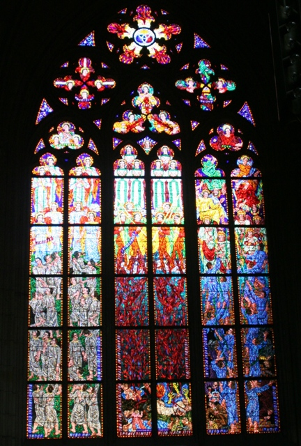 聖ヴィート教会のミュシャのステンドグラス <br /><br />プラハ城の中にある聖ヴィート教会。ゴシック様式の<br />教会でステンドグラスが美しい。ボヘミアンガラスが<br />使われていて、特に赤がきれい。その中の一枚がミュシャのステンドグラスだ。アールヌーボーの時代を担った画家ミュシャがデザインしたものだ。とてもミュシャらしく、見つけたときは鳥肌がたった。ミュシャは絵画の分野でのアール・ヌーヴォー様式を確立した人物として高い評価を得ています。その人気は1世紀絶った現在も衰えることなく、多くの人を魅了しています。 <br /><br />【警告】<br /> 油の高騰により燃油特別深運賃が高騰しているが、20008年7月から更に急高騰し、総旅費の半分以上になる場合が発生している。ゆえに当分海外良好は見送った方がよい。<br /><br />■ここに掲載の写真および記事の無断転載を禁じます。<br />copyright(C)2006 Taketori no Okina YK. All rights reserved.