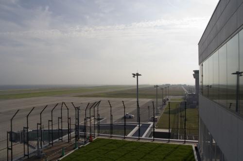 いやいや、ここは空港だ。<br />まずは、右を見てみる。<br /><br />……いない。