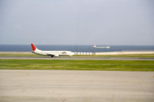 食べていたら、737が離陸。<br />……そして、空港には飛行機が1機だけとなった。<br /><br /><br />それにしても、滑走路に進入してから、3分ぐらい駐機していた。<br />ITMやHND(東京国際空港)では考えられませんよ。