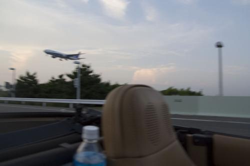 スカイゲートブリッジに来たところで、<br />後ろから飛行機の音!