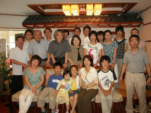 延辺日本人会2008年夏の懇親会兼送別会は2時間ほどで終了。<br /><br />新天地に出発する家族はこれからも日中そして韓国、朝鮮との交流の為に尽力することでしょう。<br /><br />Enyasuより一言<br />これまで私の旅行記を御覧になって頂いた皆さん、3年半の間、御訪問ありがとうございました。enyasuの延辺での旅行記はこれにて終了です。<br /><br />以後は家族のその後について時々旅行記を更新していきたいと思っています。<br /><br />延辺滞在中は日本の方、朝鮮族の方を始め皆様に本当にお世話になりました。ありがとうございます。<br /><br />私の小さな小さなブログでは延辺を正しく紹介することが出来ませんでしたが、日本人と朝鮮民族が少しでも近づくきっかけになれば幸いです。<br /><br />最後に第二の故郷となった吉林省延辺朝鮮族自治州の発展を心よりお祈り致します。<br /><br />アンニョンヒカシプシオ!<br /><br />相逢有期(朝鮮語の歌)<br />http://v.maidee.com/watch/44qfn012.html