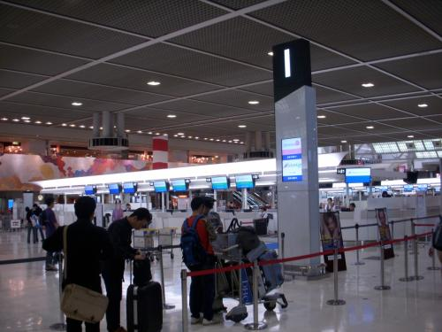 今回の旅行はスリランカ航空利用です。<br />スリランカ航空は成田空港第二ターミナルのIカウンターからのチェックインとなります。<br />荷物はコロンボでピックアップすることも出来ますし、インドまでスルーで送ることも可能です。