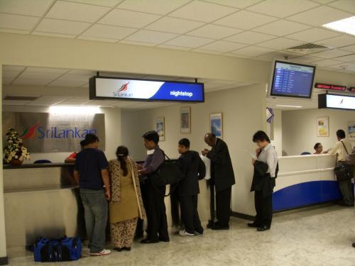 コロンボ空港に到着しました。<br />スリランカ航空では基本的に最初の接続便が8時間以上の乗り継ぎの場合、無料で宿泊、空港からホテルまでの往復送迎がサービスされます。<br />こちらの「Night Stop」というカウンターで手続きします。