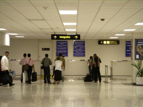 スリランカでの入国審査はこちらのカウンターで行います。パスポートを出してにっこり笑えば大丈夫!特に何も聞かれることはありませんでした!