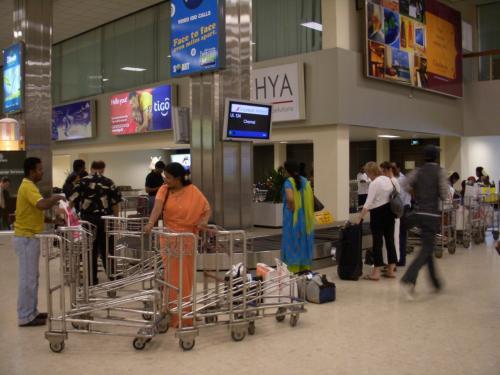 入国審査を済ませ、1階へ降りるとターンテーブルがあります。ここで自分の荷物が出てくるのを待ちます。