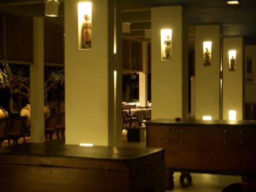 この日の宿は空港に程近いニゴンボという町の「ブルー・オセアニックホテル」です。真夜中のため真っ暗な写真しか取れませんでした。