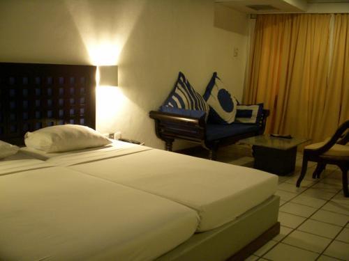 お部屋はシンプルで清潔な感じです。<br />床がタイルでエアコンががんがんに効いていたのでひんやりしていました。<br />ビーチに面して建っているホテルなので、きっと日中は暑くなるのでしょう。