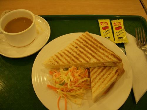 この日はホテルロビー集合05:00!<br />昨晩到着時と同様外はまだ真っ暗でした!<br />出発はコロンボ発07:25のUL121チェンナイに向かいます。<br />朝食は空港内のレストランでサンドイッチを食べました。<br />