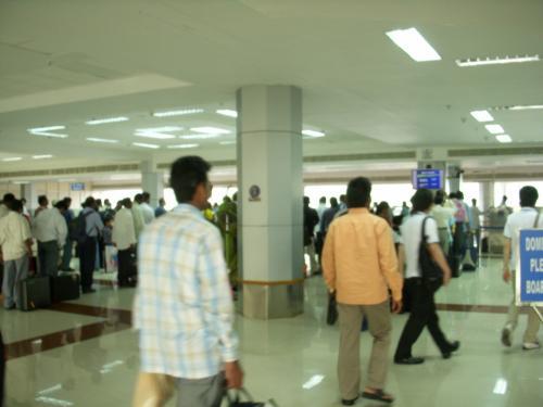 チェンナイ空港に着きました!<br />フライトに乗っていた日本人は我々だけだったようです。こちらで入国審査をします。