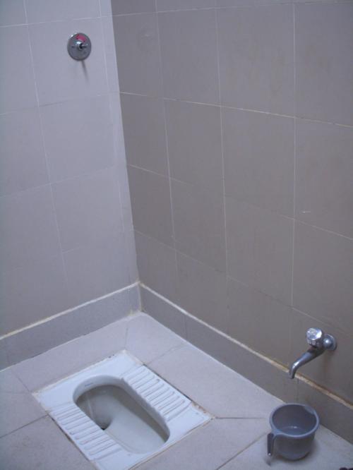 空港のおトイレを撮影してみました。<br />割と普通にきれいです。<br />お金をおねだりするおばさんもいませんでした。