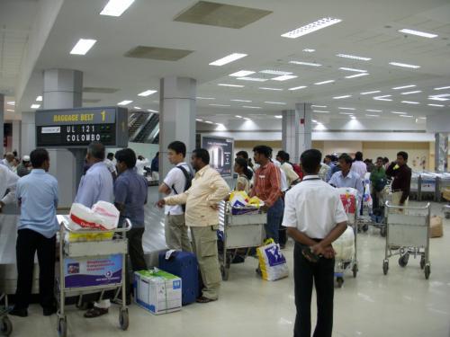 入国審査を終え、1階に下りてくると広いエリアにターンテーブルがいくつもあります。<br />自分が乗ったフライトNoを確認して荷物が出てくるのを待ちます。<br />