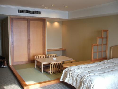 部屋全体が正方形に近い形をしているので、面積の割に広く感じる。ルームチャージ11500円(税込)。