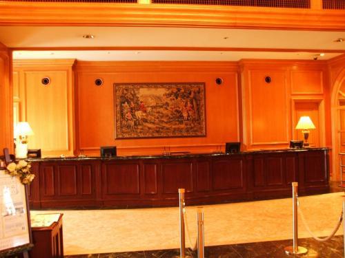 レセプション。エクシブ琵琶湖は地上10階、客室268室、収容人数1308名。土曜日は満室なのでレセプションは相当込み合う。