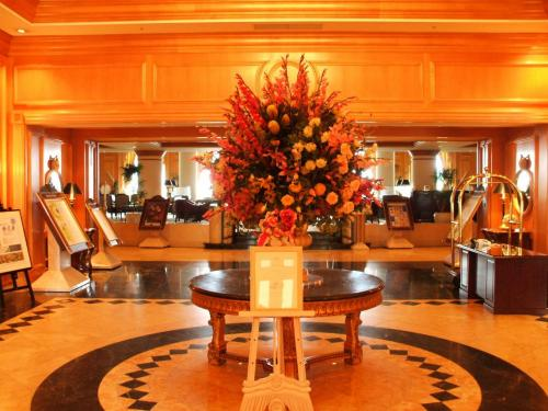 木製の大きな扉をくぐると「エントランスロビー」になる。華やかな花、豪華なロビー、正装したエクシブスタッフの人達、やはり、ここは非日常の別世界。