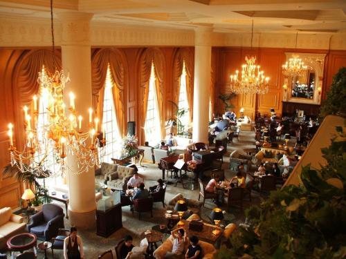 3階の廊下から見たラウンジ「ドルチェ」。シャンデリアが間近に見える。このラウンジはヨーロッパの宮殿のサロンのような雰囲気があり、妻も私も非常に気に入っている。