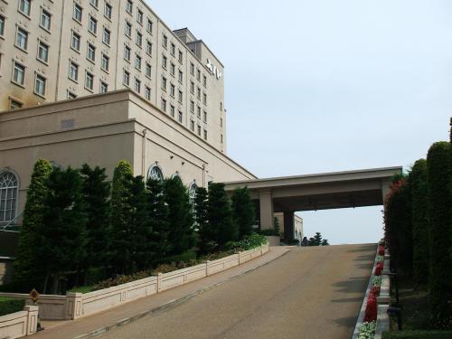 この坂を上がったところがエクシブ琵琶湖の玄関になる。よって、フロント・ロビーは2階になる。