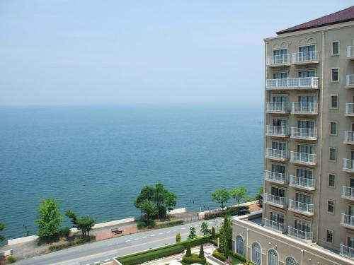 815号室のバルコニーからの眺め。雄大な琵琶湖が一望のもとに見える。「琵琶湖の見える上層階の部屋」をリクエストしておくと、ありがたいことに願いが叶う。
