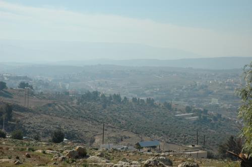 ウムカイスから約1時間、11時過ぎにジェラシュに来ました。<br />ジェラシュの北側手前の丘から、ジェラシュ遺跡を遠望しての一枚。中央やや左寄りに柱廊通りの北の端が見えます。