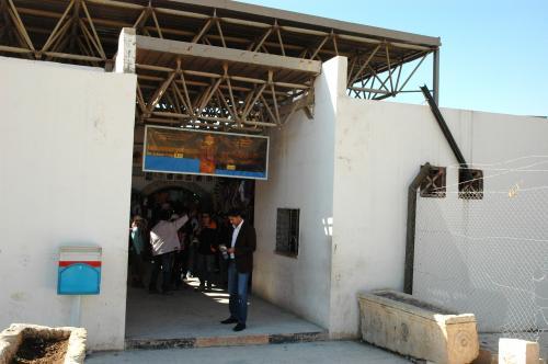 入口はぐるっと南側に回り込みます。<br />これはチケット売り場を出たところ。<br />Non Jordanian Vister 8JD(1360円)。