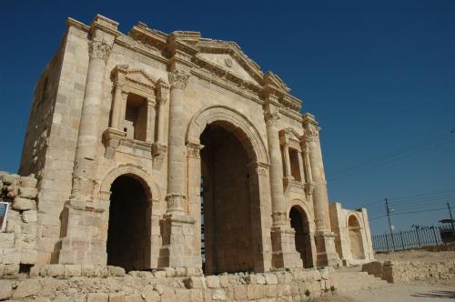 凱旋門は129年に皇帝ハドリアヌス帝が訪れたの記念して造られました。英語表記はHadrian's Arch。