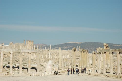 フォーラムより、右手奥に延びる列柱通り、左側の丘の上にはアルテミス神殿の柱群。