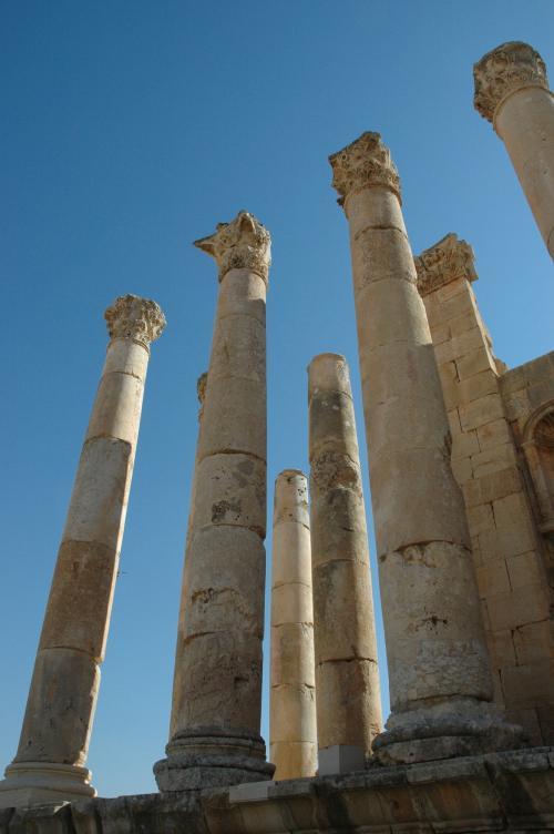 青空にそびえるゼウス神殿の柱群