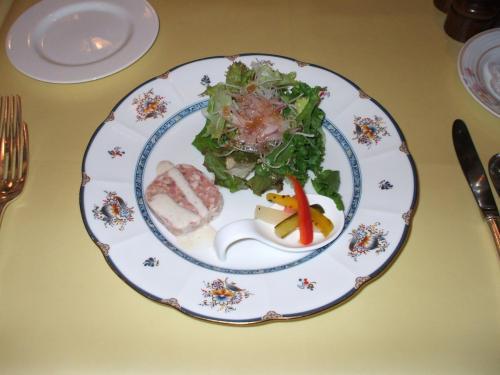 前菜:田舎風豚肉のテリーヌ 自家製ピクルス添え<br />