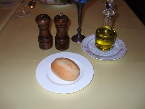 暖かいパンにオリーブオイルをつけて食べる。実にうまい。