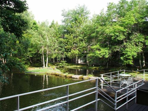 池を見下ろすようにテラスが作ってあり、椅子に腰かけて読書でもすれば、優雅な「避暑地のバカンス」になる。